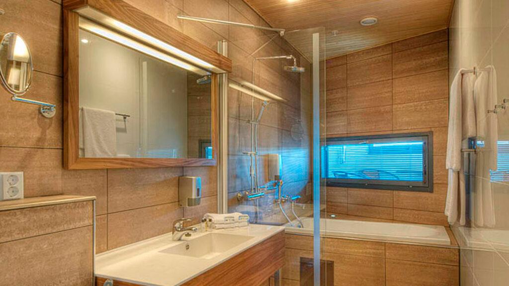 Hotel Levi Panoraman Junior-sviitti kylpyammeella.