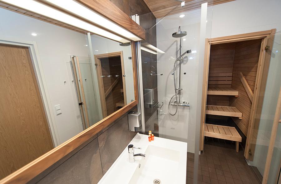 Kylpyhuone Hotel Levi Panoraman Junior Sviitti -huoneessa on valoisa ja osassa on oma sauna.
