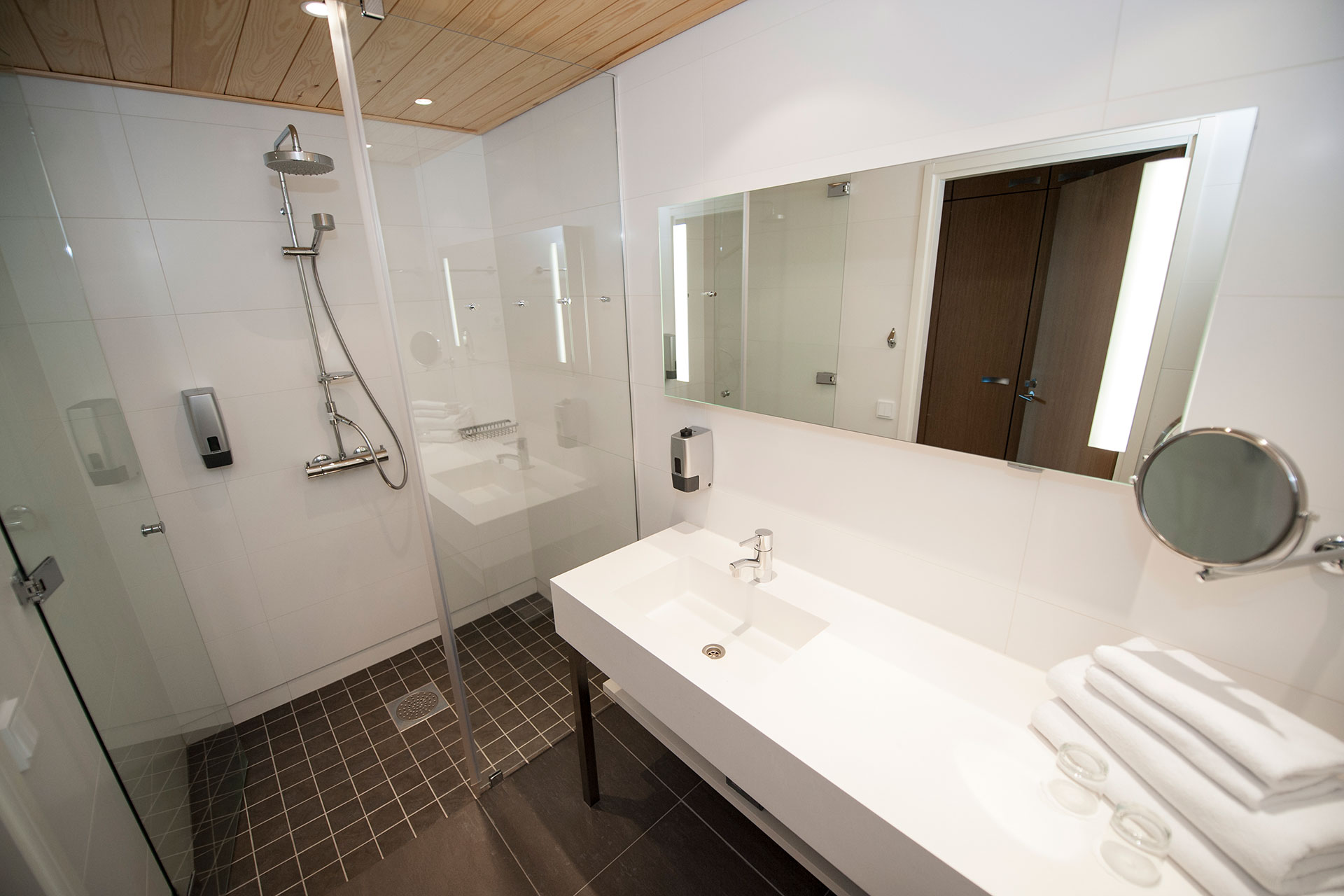 Kylpyhuone Hotel Levi Panoraman Standard huoneessa on valoisa.