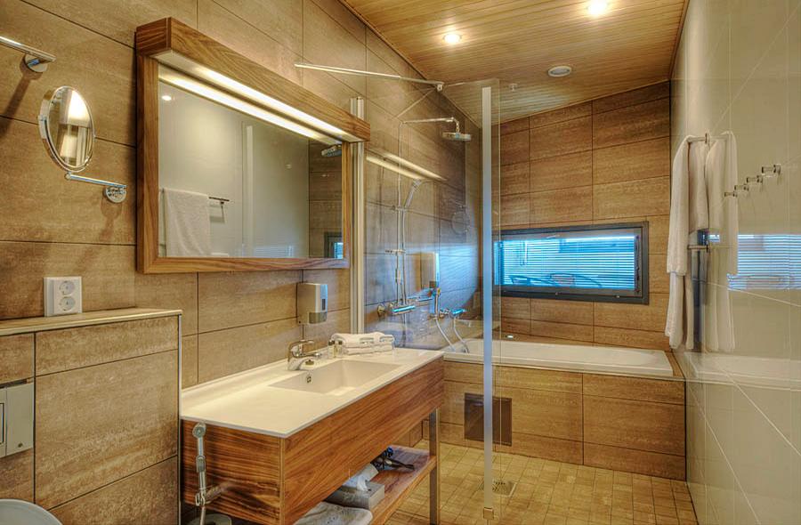 Kylpyhuone Hotel Levi Panoraman huoneessa on valoisa ja osassa Junior Suiteja on kylpyamme.