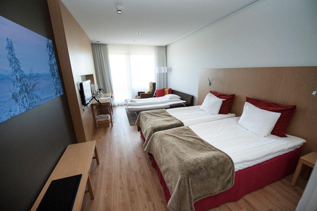 Viihtyisään ja tilavaan Standard hotellihuoneseen mahtuu myös lisävuode Hotel Levi Panoramassa.