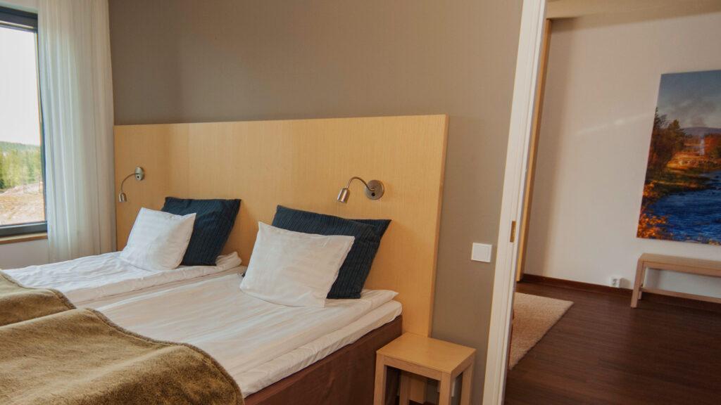 Tilava ja vaalein sävyin sisustettu Standard Sviitti Hotel Levi Panoramassa
