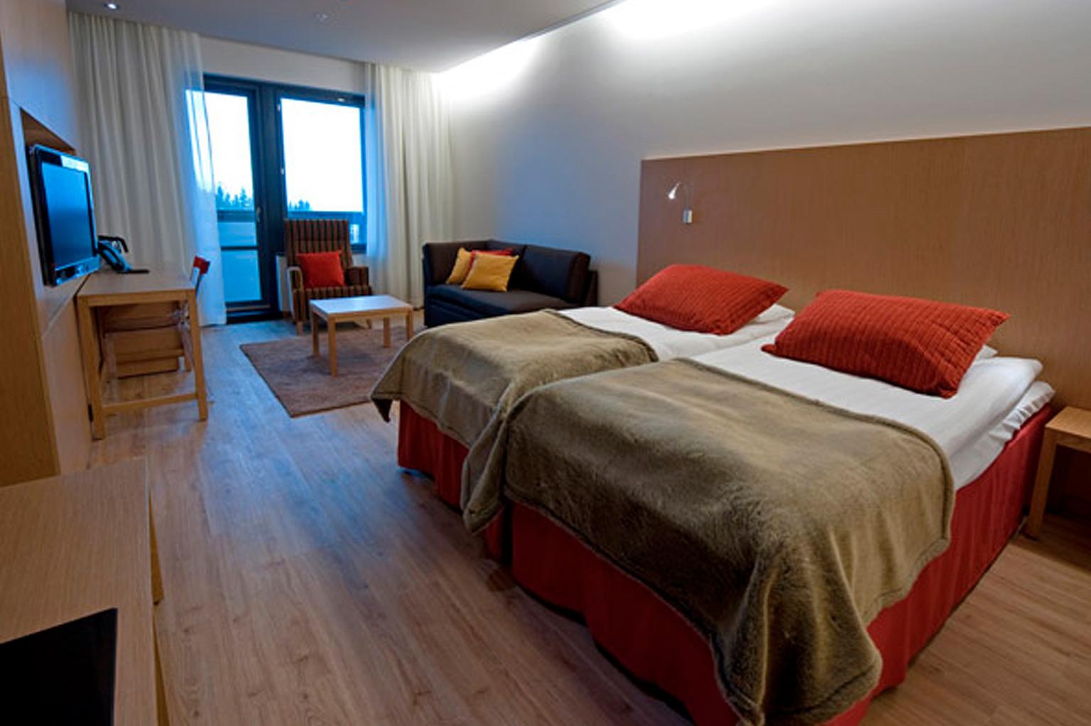 iihtyisä ja tilava Superior hotellihuone Hotel Levi Panoramassa