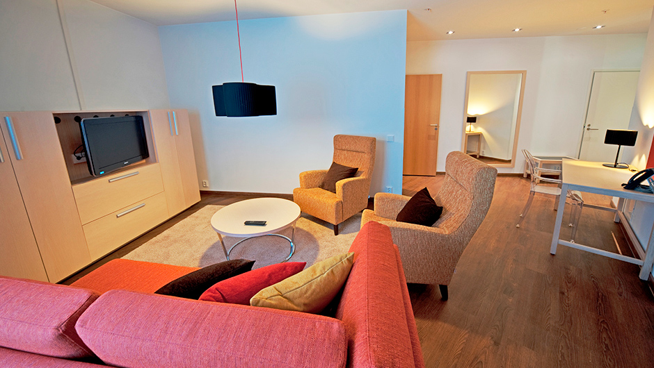 Rauhallisin sävyin sisustetun Deluxe sviitin olohuone Hotel Levi Panoramassa.