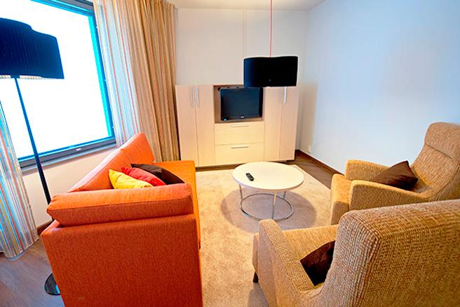Valoisa olohuone Deluxe sviitissä Hotel Levi Panoramassa
