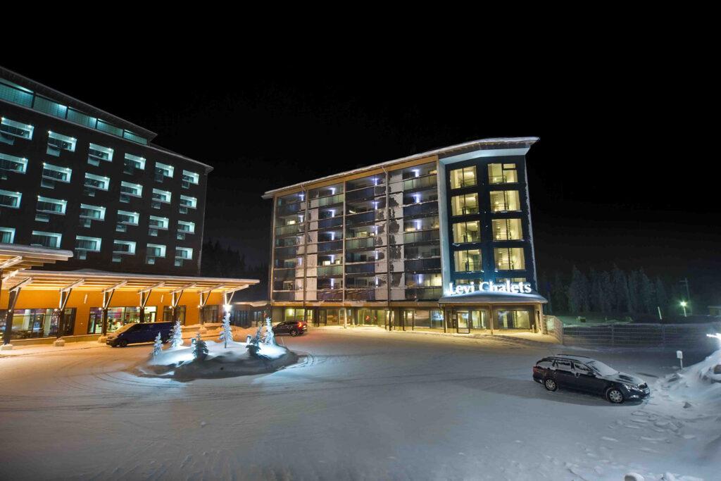 Levi Chalet rakennus yömaisemassa