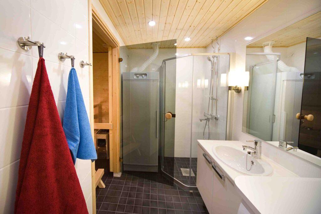 Levi Chalets huoneiston valoisa ja siisti kylpyhuone