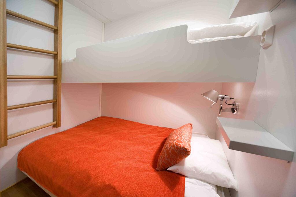 Levi Chalet huoneiston viihtyisä makuuhuone, jossa majoittuu useampi henkilö