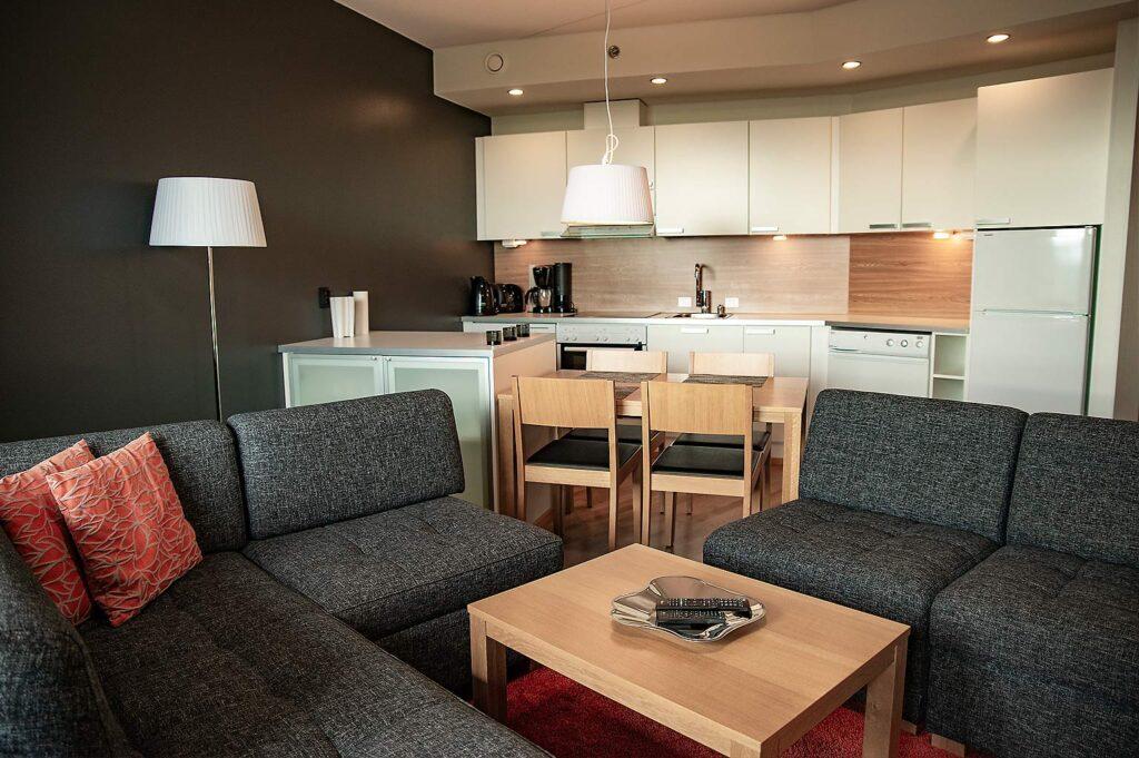 Levi Chalets huoneistossa on olohuone-keittiö ja kaksi makuuhuonetta.