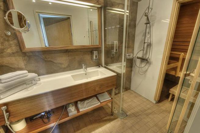 Kylpyhuone Hotel Levi Panoraman Standard huoneessa on valoisa ja osassa Deluxe Suiteja on sauna