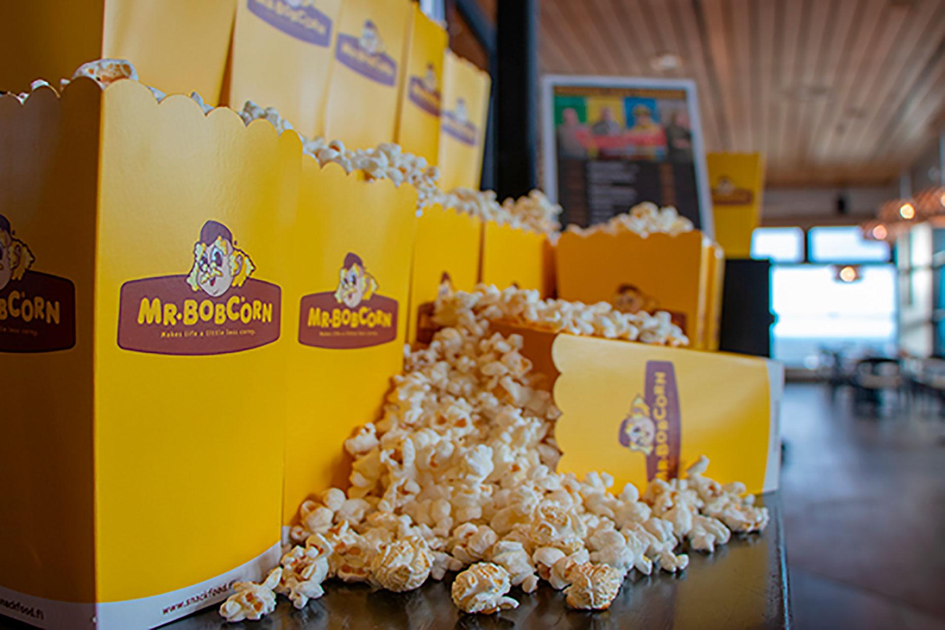 Elokuvateatteri Cinema Levi Summit tarjoaa uusimpia elokuvia suurelta näytöltä sekä elokuvaherkkuja, kuten popcornia.