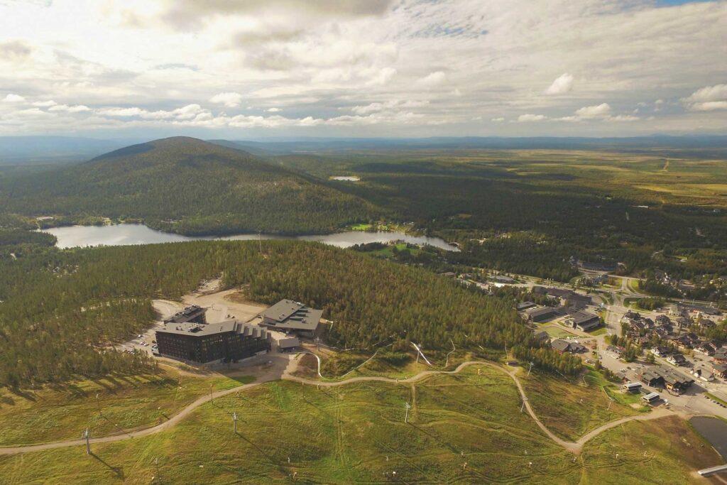 kesäpäivä Levin kylästä ilmasta kuvattuna, kuvassa etualalla maisemahotelli Levi Panorama ja kokouskeskus Levi Summit