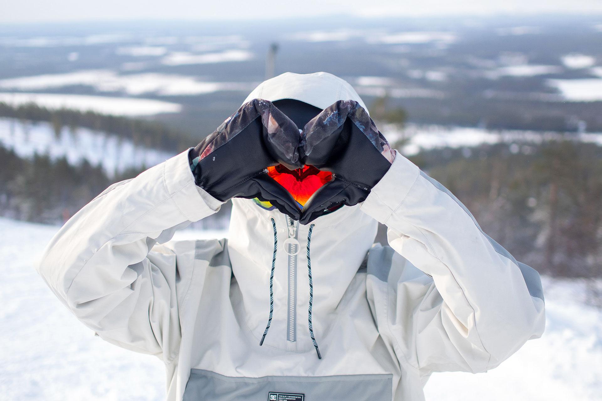 Laskettelija tekee käsillään sydän symbolin Levin laskettelurinteessä talvipäivänä.