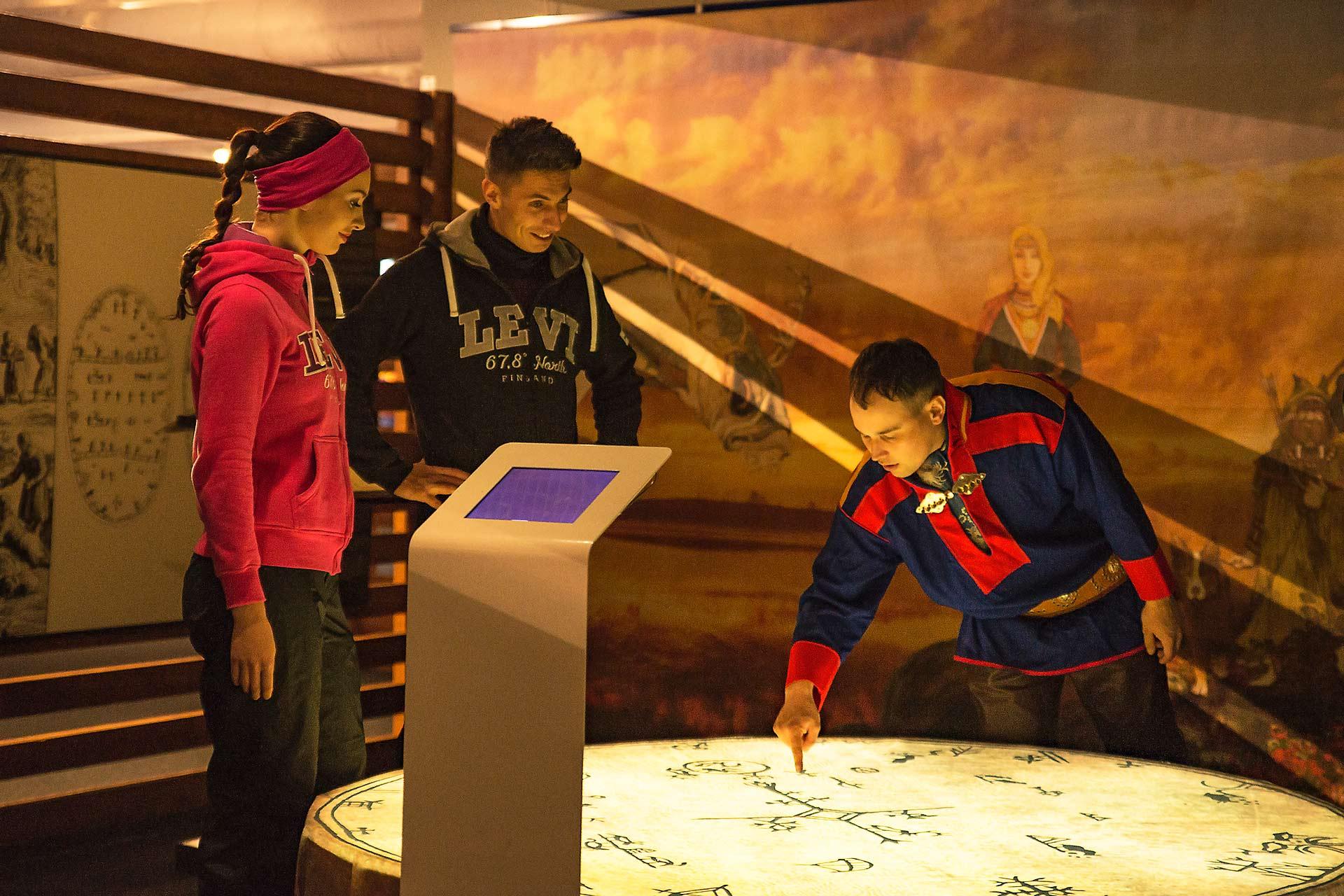 Tapahtumakeskus Levi Summitissa sijaitseva Samiland -näyttely kertoo saamelaisista.
