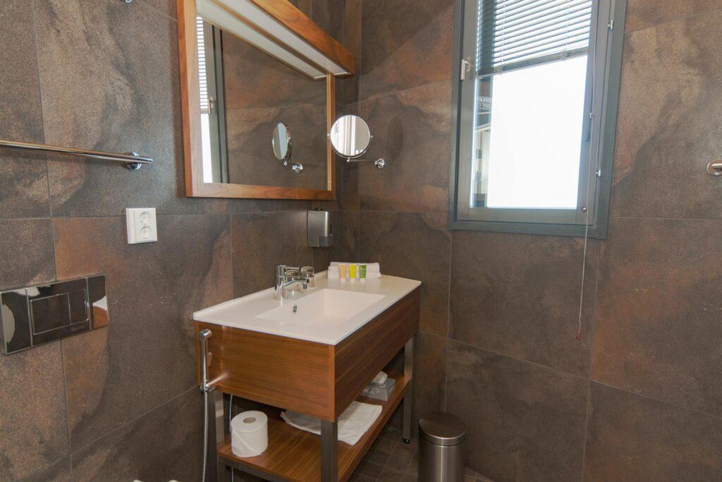 Sky Suite Deluxen tyylikäs erillinen wc Hotel Levi Panoramassa