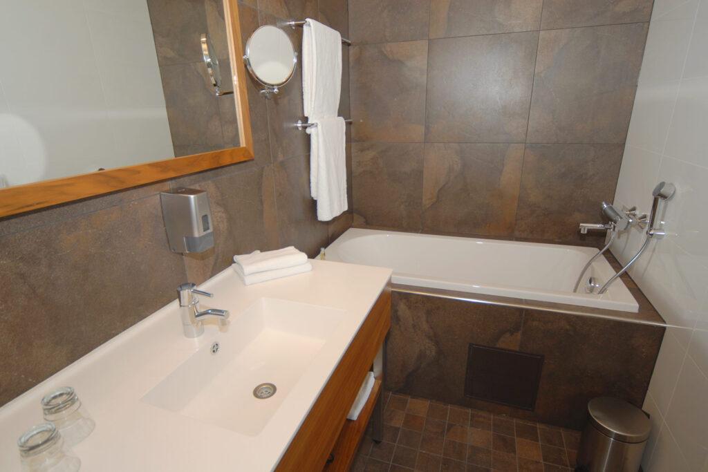 Hotel Levi Panoraman valoisassa kylpyhuoneessa on kylpyamme.