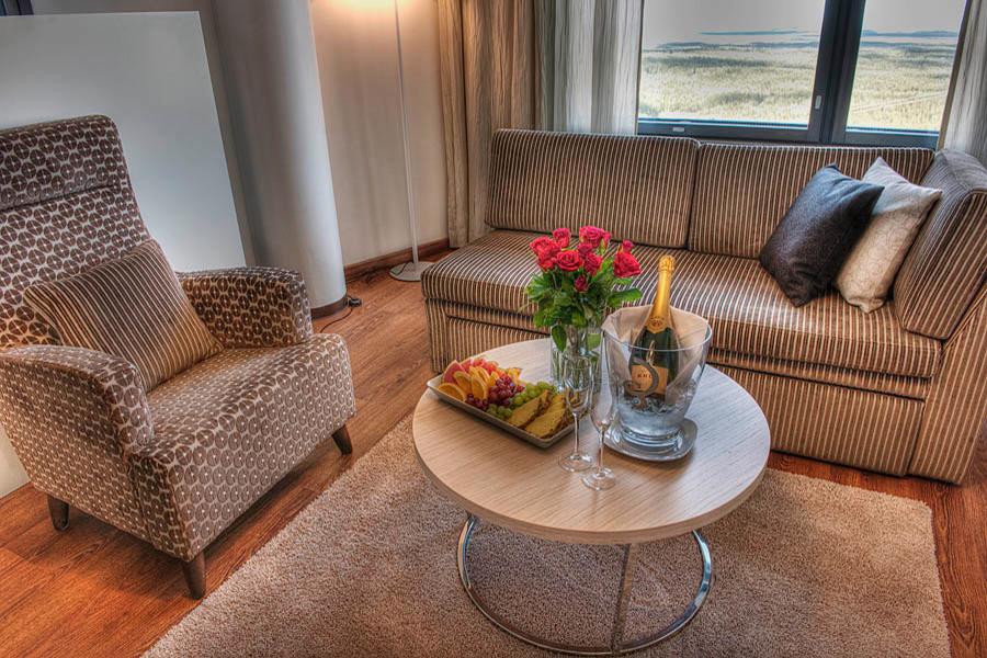 Sky Suiten olohuoneesta on upea maisema Lapin luontoon Hotel Levi Panoramassa