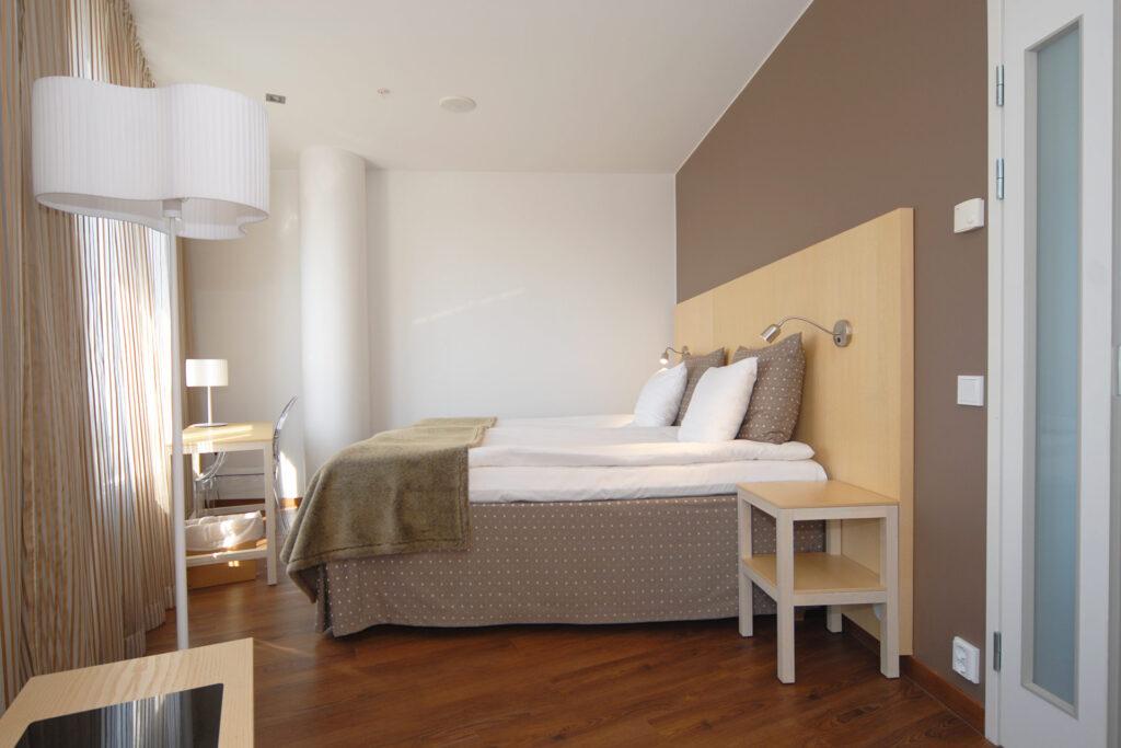 Hotel Levi Panoraman Sky Suite Deluxessa on erillinen makuuhuone lasikattoisen oleskelutilan ja olohuoneen lisäksi.