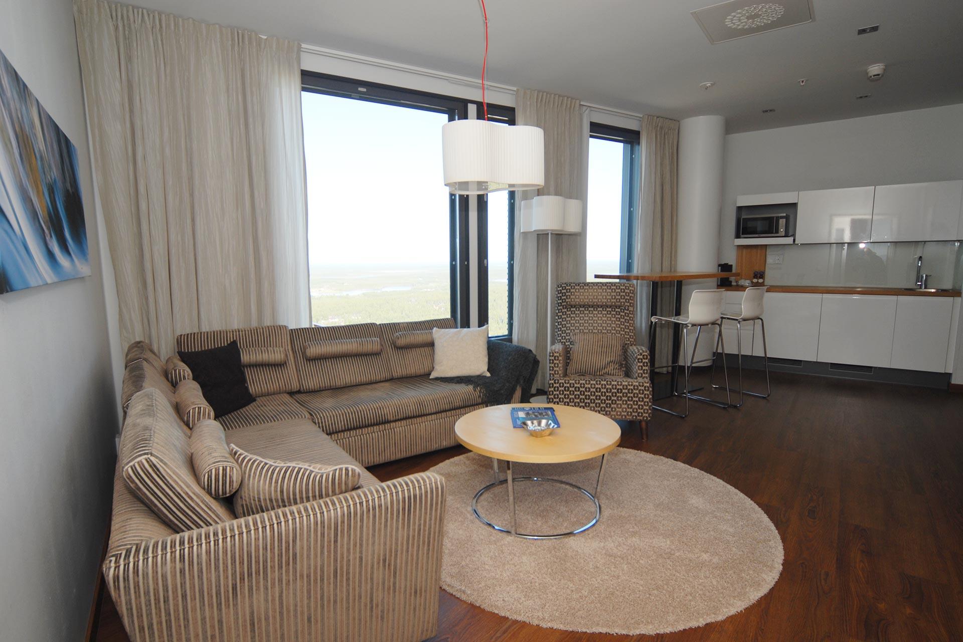 Hotel Levi Panoraman sviitin olohuoneessa on tilaa ja upeat näkymät.