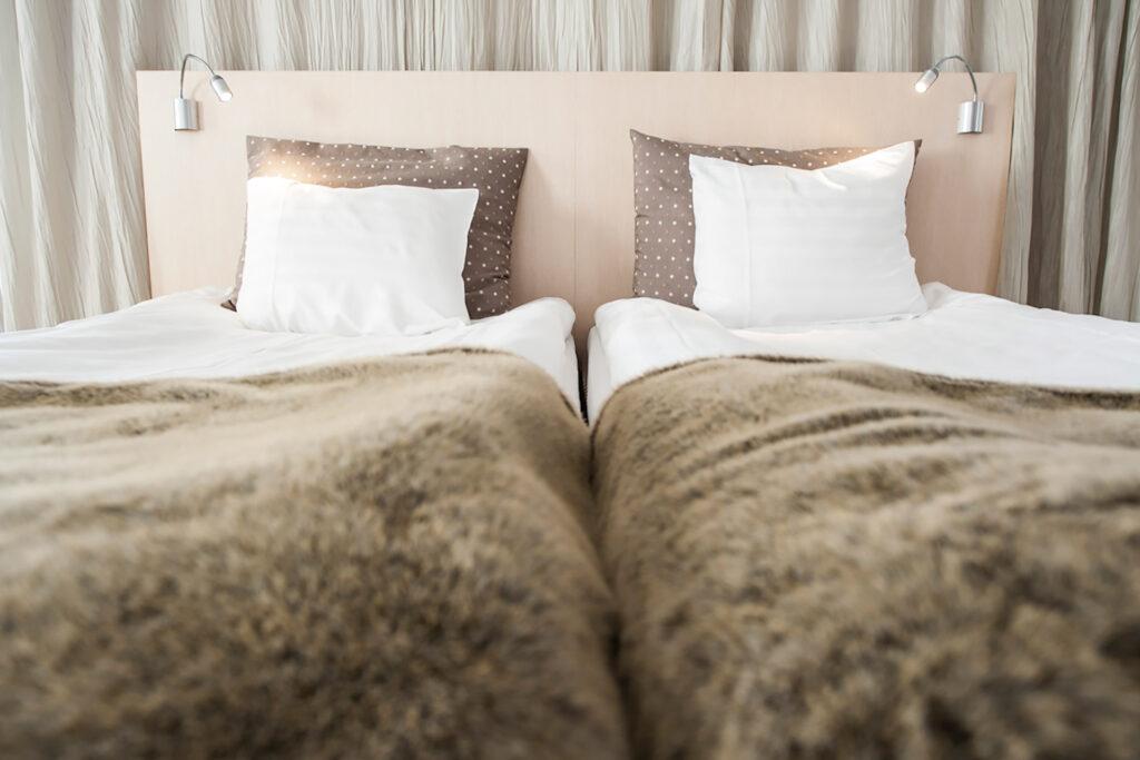 Hotel Levi Panoraman viihtyisän hotellihuoneen mukavaa sänkyä lämmittää viltit.