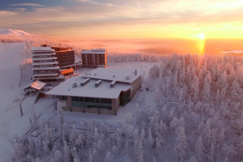 Tapahtumakeskus Levi Summiti kuvattuna ilmasta Levin kylän yltä.