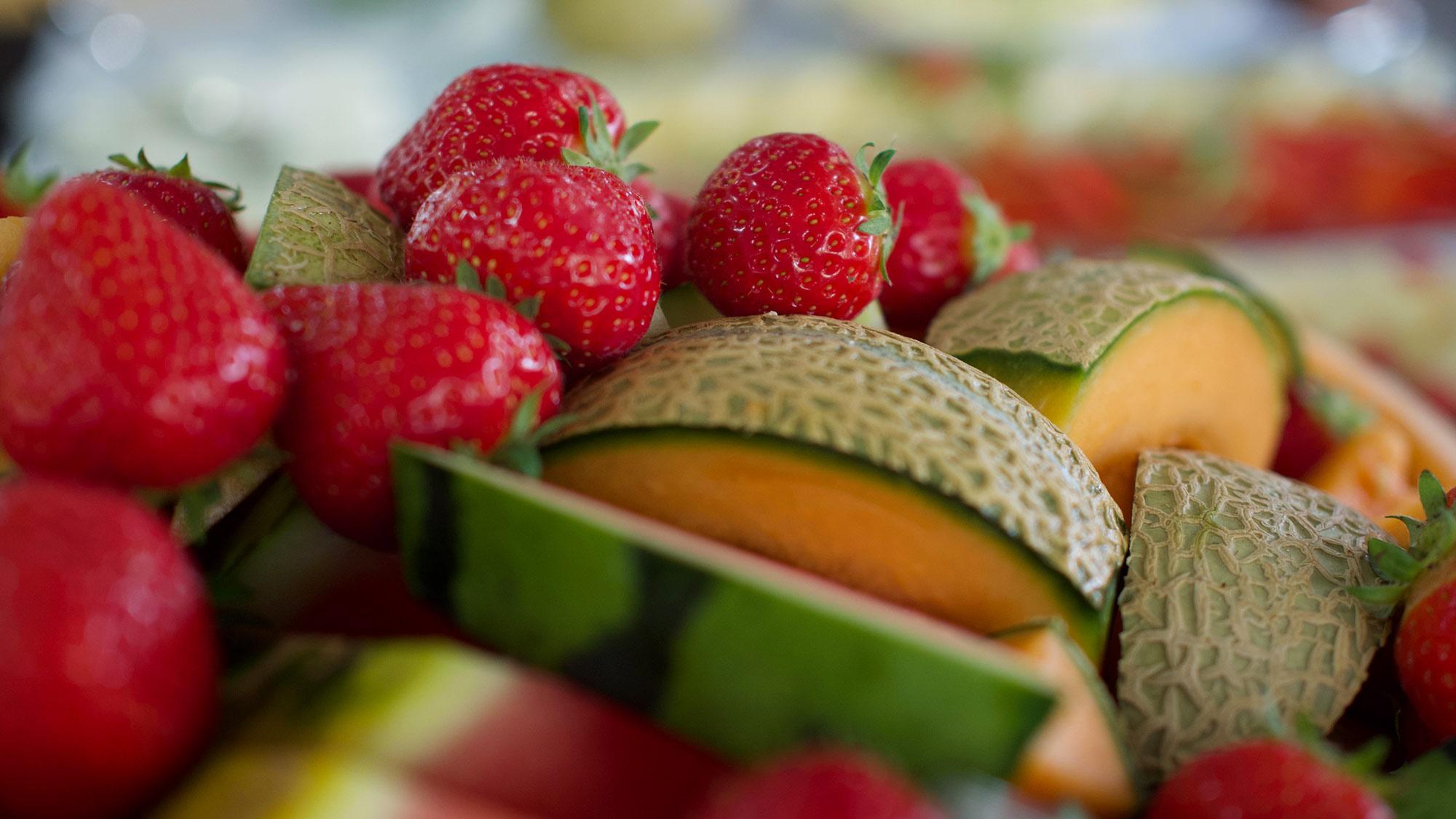 Värikäs hedelmävati hotelliaamiaisella maisemahotelli Levi Panoraman ravintolassa.