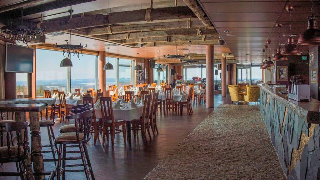 Uniikki juhlatila Gold Digger & Sky Lounge on sisustettu kullankaivuuteemalla.
