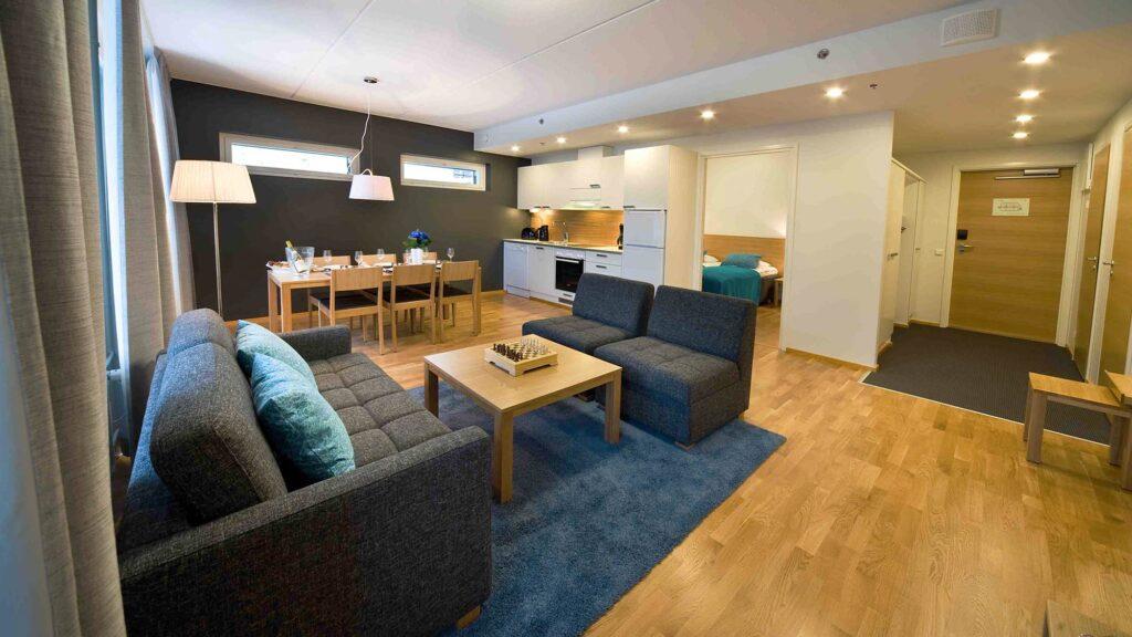 Avara keittiö-olohuone tila viihtyisässä Levi Chalet huoneistossa.