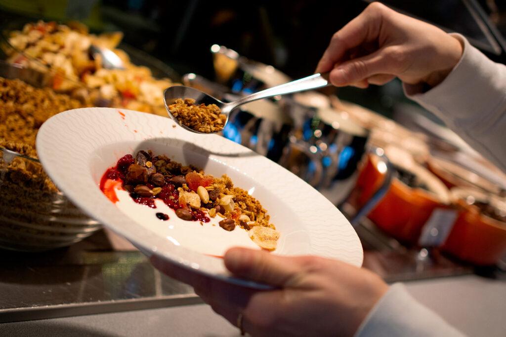 Ravintola Panoraman aamiaisella tarjolla mm. jugurtteja, myslejä, pähkinöitä ja puuroa.