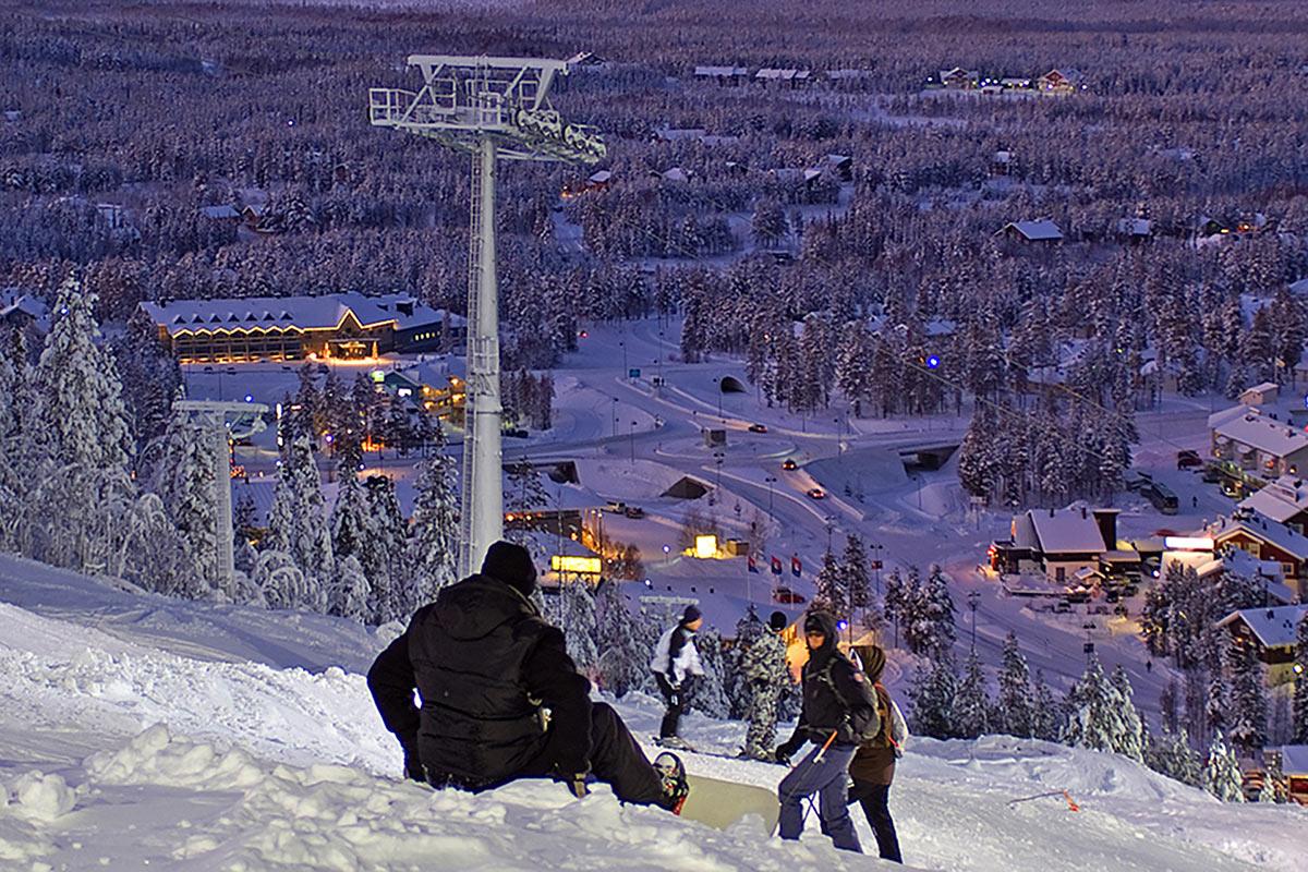 Laskettelurinne Levillä Hotel Levi Panoraman pihapiirin vierestä kuvattuna
