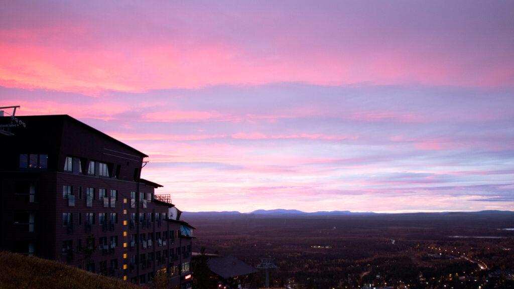 Maisemahotelli Hotel Levi Panorama kutsuu vieraakseen ihailemaan kesäöitä ja syksyn taikaa.