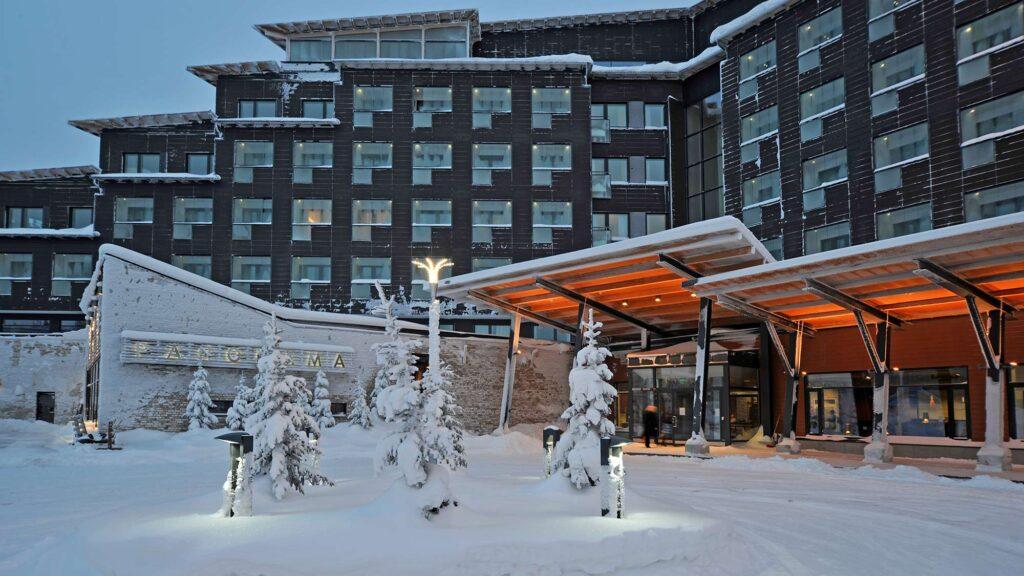 Hotel Levi Panoraman pääsisäänkäynti talvella lumiasussa.
