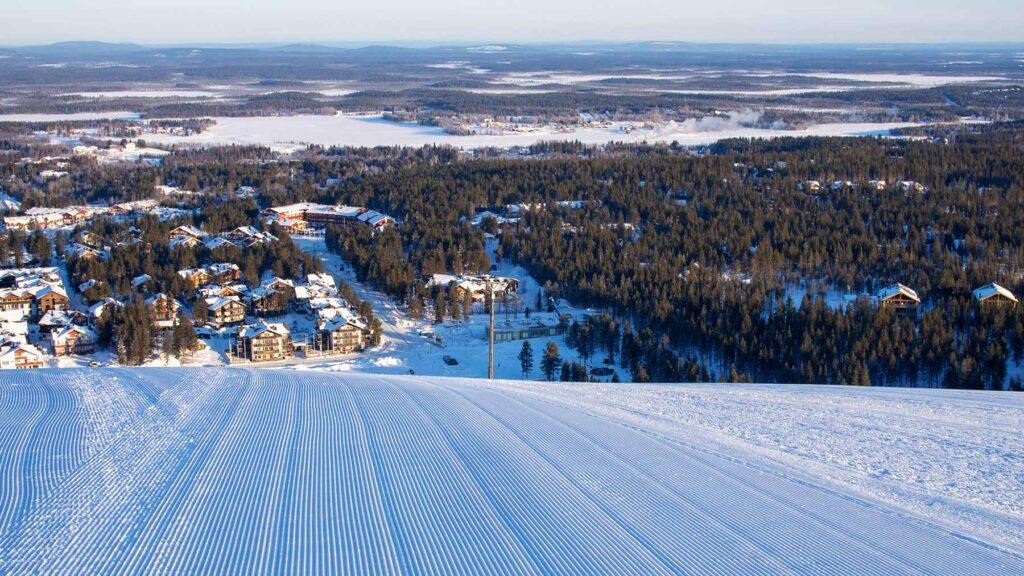 Laskettelurinne Levillä talvella 2020-2021 Hotel Levi Panoraman pihapiirin vierestä kuvattuna