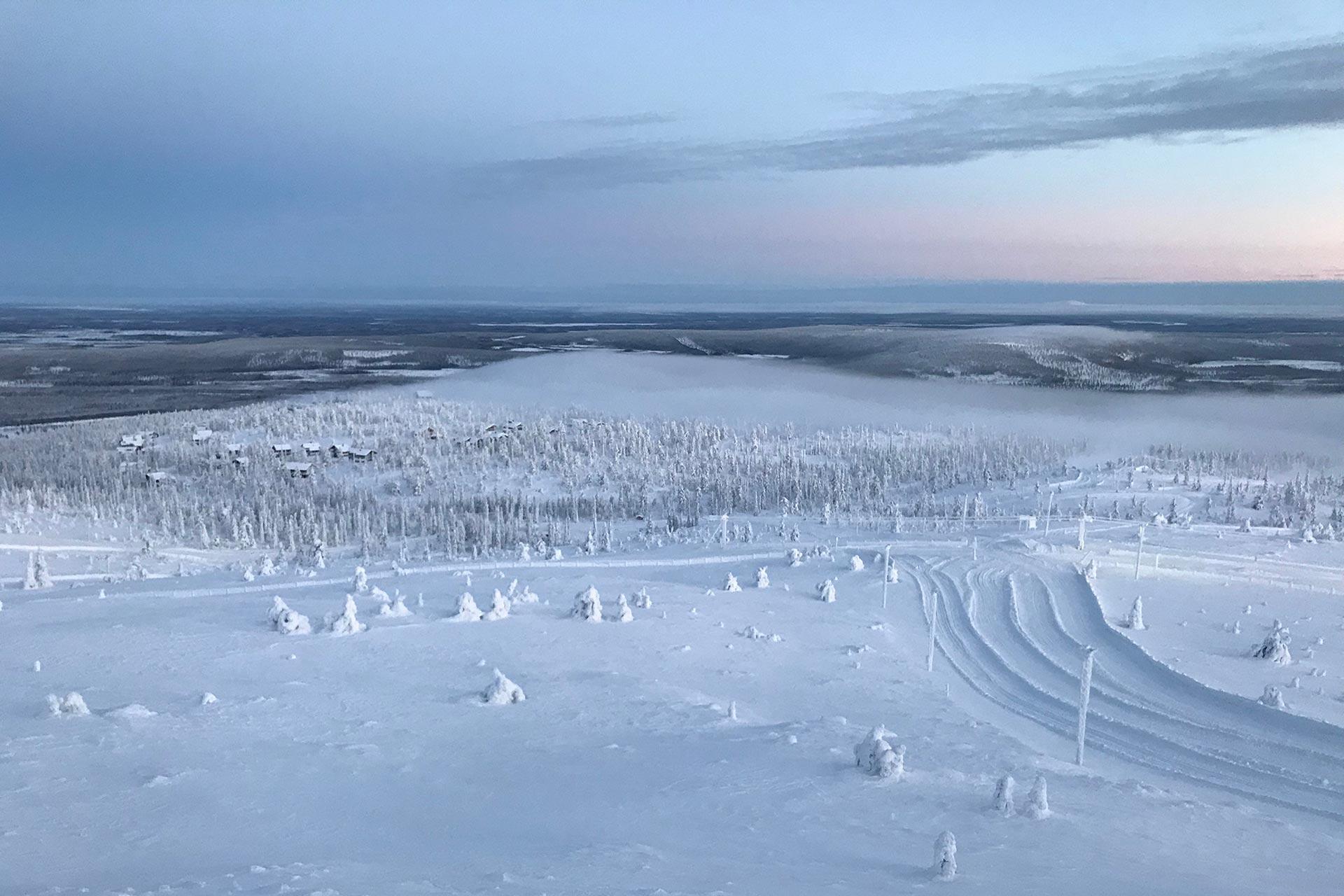 Laskettelurinne Levillä talvisen auringonlaskun aikaan