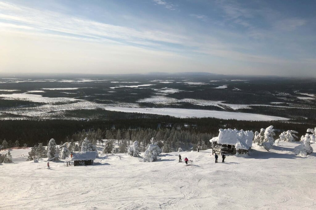 Talvloman viettäjät Levillä voivat vierailla joulupukin mkillä, joka suosittu Instagram kuvauskohde.