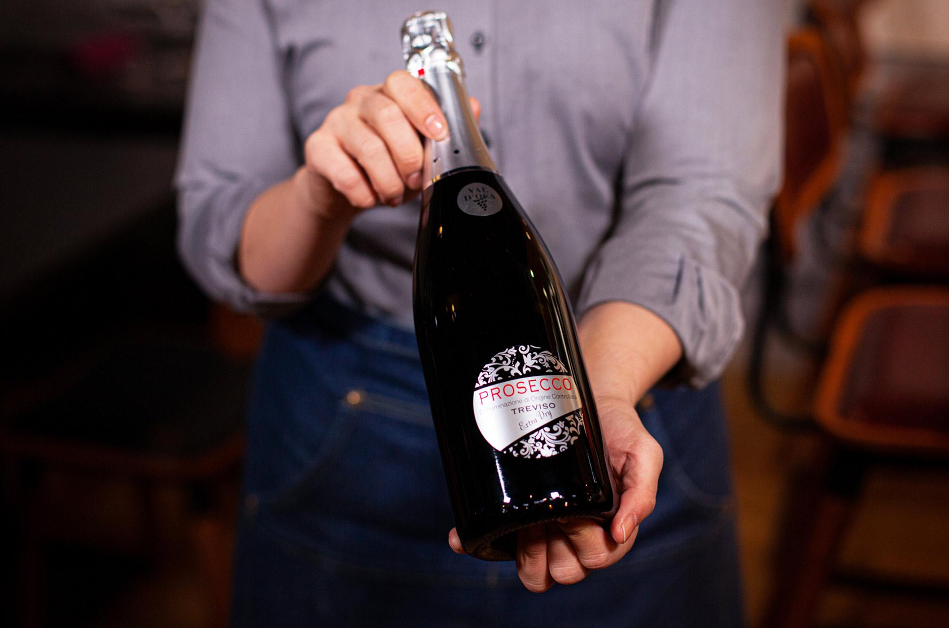 Ravintola Panoraman juoma- ja viinilistalta löytyy mm. erilaisia viinejä, joita ammattitaitoinen henkilökunta suosittelee kuhunkin annokseen sopivaksi.