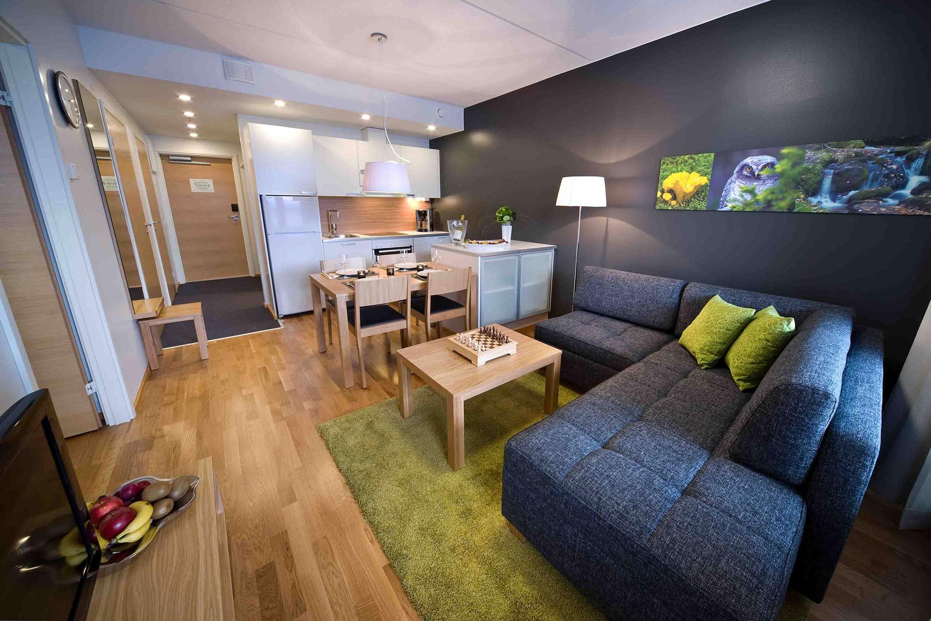 Viihtyisä olohuone ja keittiö Levi Chalet huoneistossa.