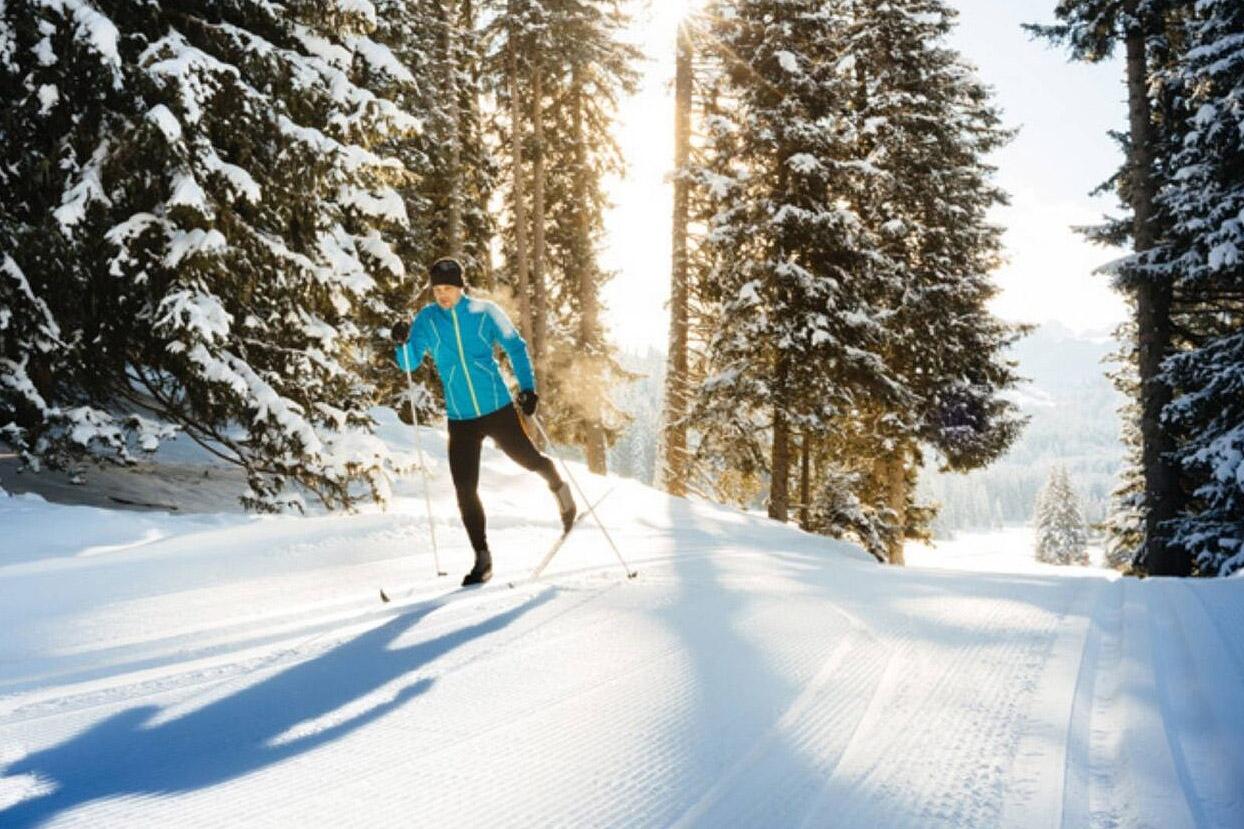Hiihtäjä nauttii etätyäviikolla hiihtoladuista Levillä, Lapissa.