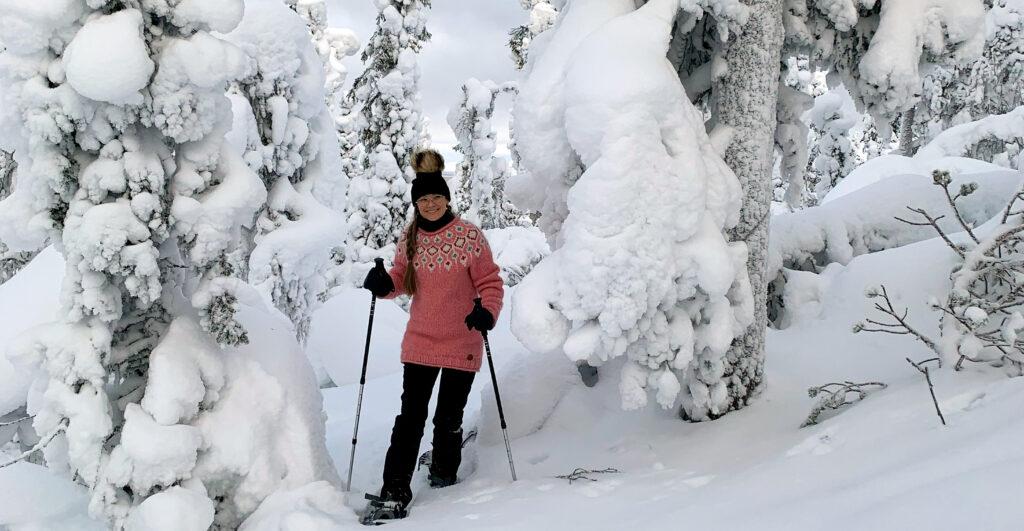 Lumikenkäilyä tykkylumimaisemissa Lapin Levillä.
