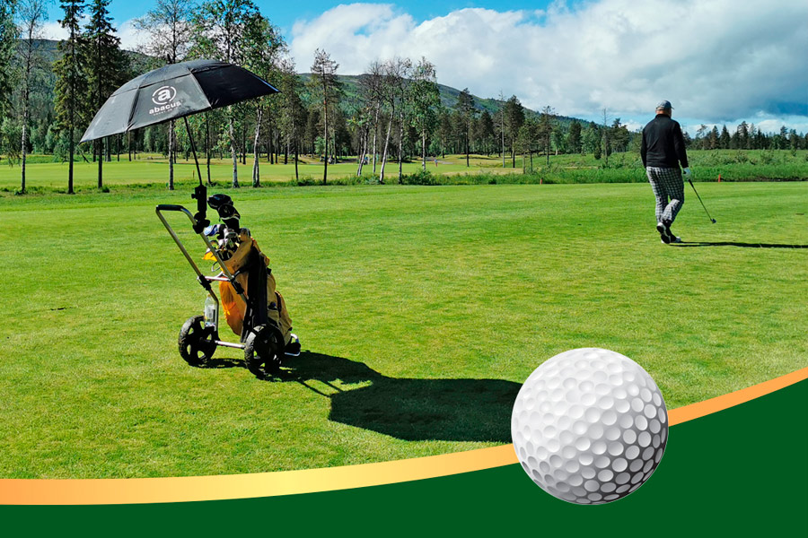Golfaaja golfkentällä Taalojärven maisemissa Levillä.