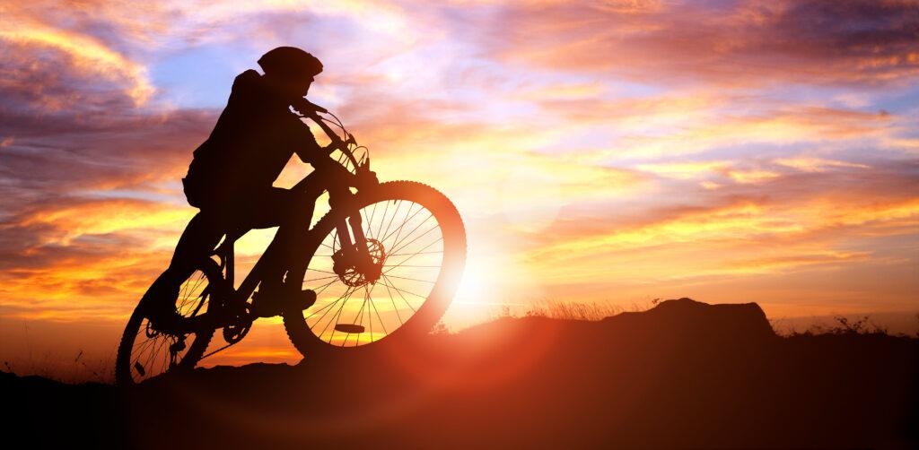Maastopyöräilijä Levillä.