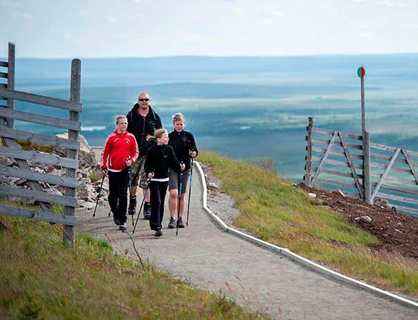 Perhe patikoimassa Levin huippukierroksella Lapissa.