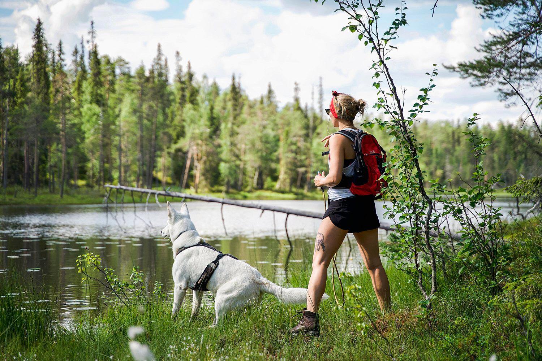 Nainen ja koira Levillä kesällä.