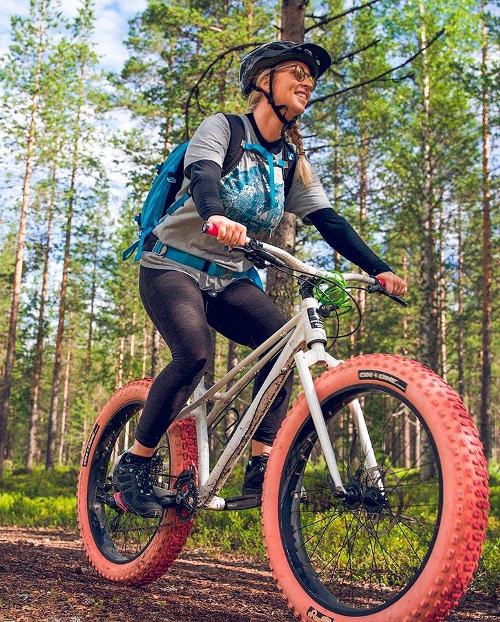 Pyöräilijä Levillä kesällä.