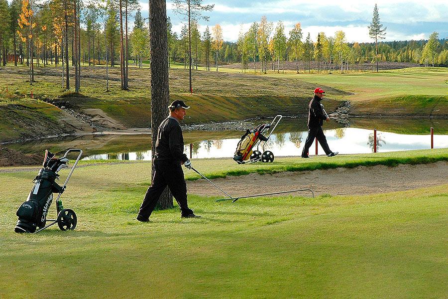 Golfaajat Taalojärven golfkentällä Levillä.