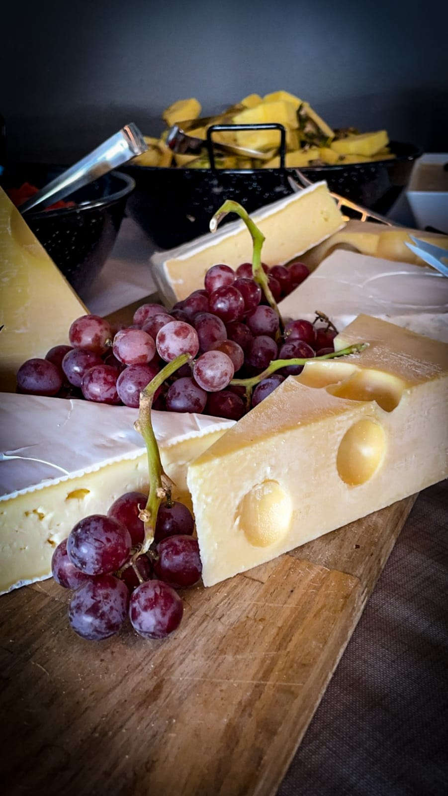 Sadonkorjuubuffetin juustot ja viinirypäleet.